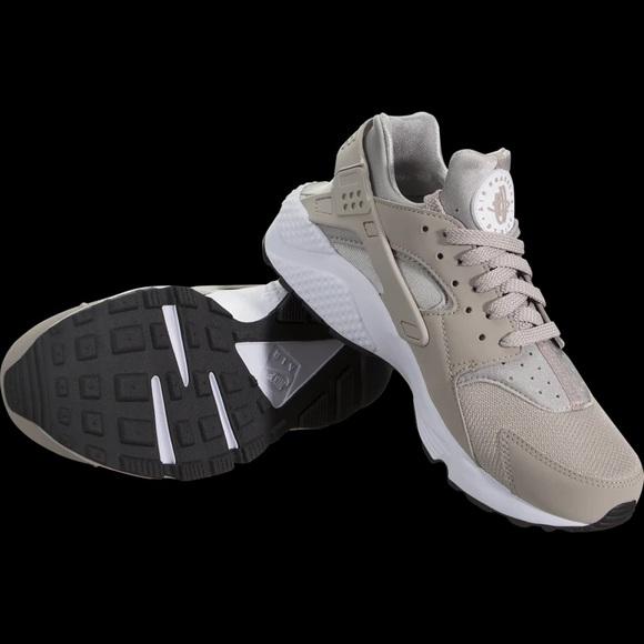 New Beige Nike Huaraches!! Size 5